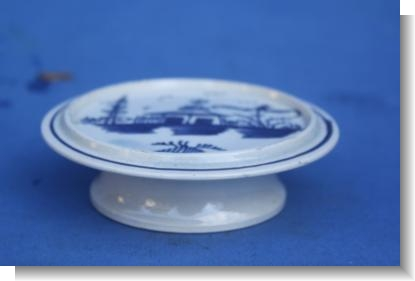 BLUE PAINTED PEARLWARE MINIATURE STAND